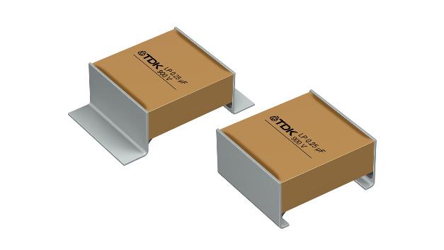Die CeraLink-Serie wurde um zwei LP-Typen (Low Profile) für eine Nennspannung von 900 V DC erweitert. Die SMT-Kondensatoren haben eine Kapazität von 0,25 μF und unterscheiden sich durch ihre Anschlussform und Größe: Der Typ B58031I9254M062 hat L-style-Terminierung und Abmessungen von 10,84 x 7,85 x 4 mm³, der Typ B58031U9254M062 dagegen J-style-Terminierung und Maße von 7,14 x 7,85 x 4 mm³. Die neuen Kondensatoren ergänzen das bestehende LP-Portfolio aus Typen für 500 V DC (1 μF) und 700 V DC (0,5 μF).