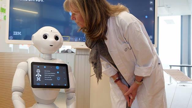 Im Watson-IoT-Labor: Sprachkommunikation mit einem Roboter.