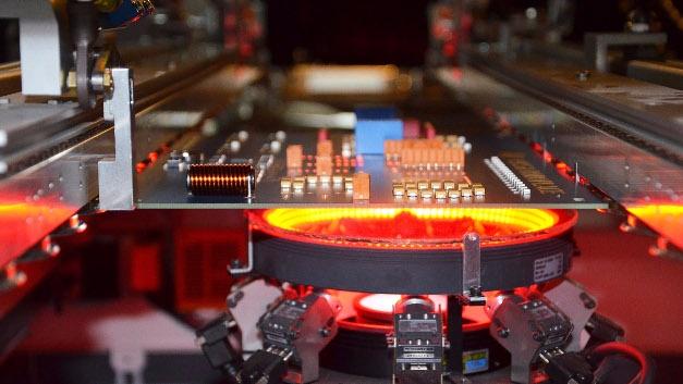 Die VERSAEYE Einheit ist ein fest installiertes Modul. Mit bis zu neun Kameras kann sie Lötstellen mittels 45°-Winkel und mit individuell einstellbaren Toleranzen ganzseitig beurteilen.
