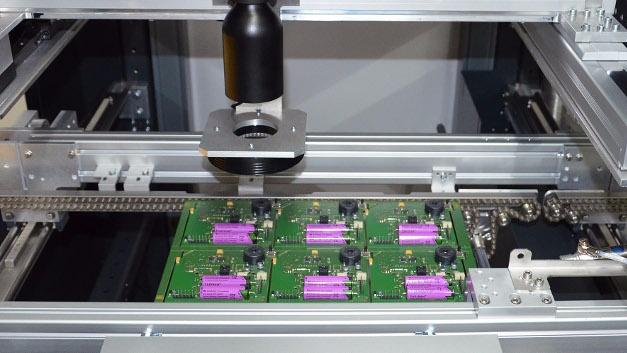 Die vor dem Fluxmodul platzierte VERSASCAN Einheit ermöglicht das Lesen von Codierungen und Bad-Board-Erkennung in Nutzenleiterplatten. Außerdem überprüft sie die Bauteilpräsenz und -polung und kontrolliert die Transportrichtung.
