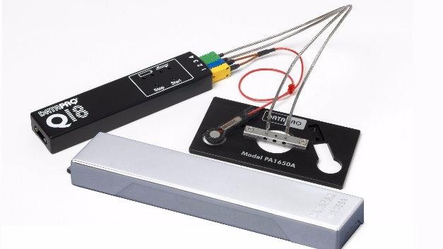 Fluke Process Instruments (Halle 4, Stand 437) bringt eine echte Messeneuheit mit: das laut Hersteller weltkleinste Temperaturüberwachungssystem, das speziell für das Selektivlöten mit Miniwelle entwickelt wurde. Das DATAPAQ SelectivePaq besteht aus einem neuen, kleineren Datenlogger und einem maßgeschneiderten Hitzeschutzbehälter. Mit nur 20 mm Höhe und 40 mm Breite passt es in jede Anlage und eignet sich optimal zum Einsatz mit Befestigungsrahmen. Der Mikro-Datenlogger aus der Baureihe DATAPAQ Q18 liefert eine Genauigkeit von ±0,5 °C und eine Auflösung von 0,1 °C. Er nimmt über vier Thermoelemente Messungen von Elektronikbaugruppen auf, während diese in einem Infrarot- oder Konvektionsofen vorgewärmt und dann schwallgelötet werden. Das Messintervall lässt sich auf bis zu 20-mal pro Sekunde einstellen. Ein aus einem Aluminiumblock gefrästes Loggergehäuse und die Verwendung von Wechselakkus gewährleisten eine lange Lebensdauer. Die Lieferung umfasst die Vollversion der Software DATAPAQ Insight Reflow mit Analysefunktionen für maximale Gradienten, Höchsttemperaturen und Wellenkontaktzeiten. Eine als Zubehör erhältliche Sensorhalterung erleichtert regelmäßige und häufige Überprüfungen der Prozessstabilität.