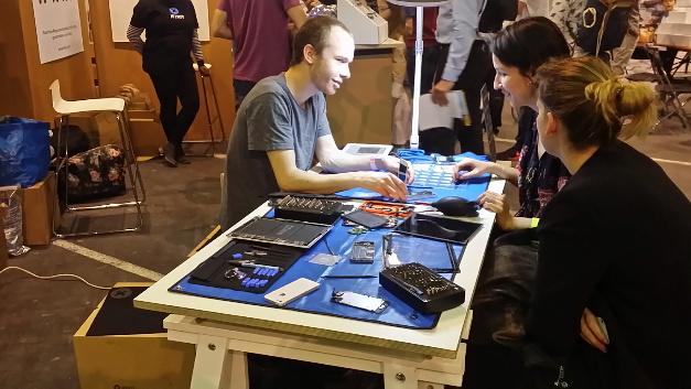 Und Nummer 2. Das kaputte Smartphone wir gemeinsam repariert, Anleitungen für alle Geräte waren vor Ort.