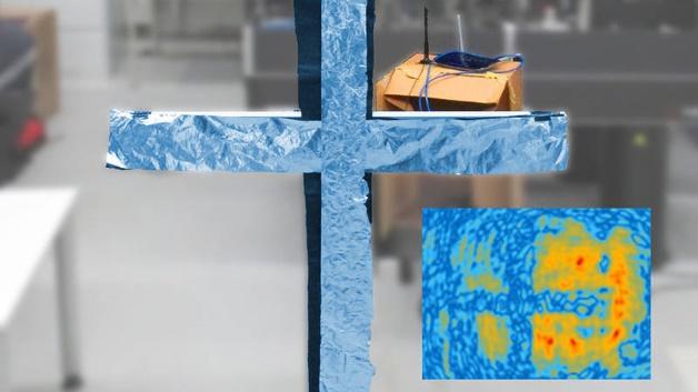 Die Rekonstruktion des Kreuzes ist unten rechts zu sehen.