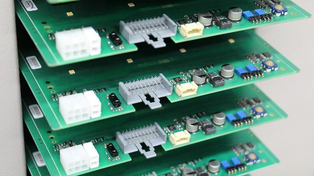 Mit Leiterplattensteckverbindern bestückte Boards in der Fertigung.