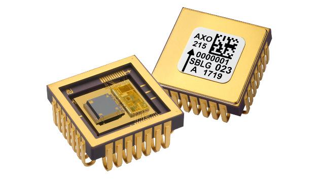 Die TDK Tochter Tronics Microsystems stellt den MEMS-Beschleunigungssensor AXO215 für anspruchsvolle Anwendungen wie die Präzisionsmesstechnik oder fahrerlose Fahrzeuge und Fluggeräte vor. Der AXO215 ist eine Single-Chip-Lösung, die hohe Performance, geringes Gewicht, geringe Leistungsaufnahme und kompakte Bauform kombiniert. Dank des geschlossenen Regelkreises wird eine sehr gute Nicht-Linearität von weniger als 0,05 % erreicht. Das hermetisch dichte J-lead-Gehäuse mit Abmessungen von 12 × 12 mm² sorgt für hohe Zuverlässigkeit auch unter widrigen Umweltbedingungen und bietet auch eine mechanische Entkopplung. Bei einer gradlinigen Bewegung können Beschleunigungen von bis zu 15 g mit niedrigen Rauschen von nur 15 μg/√Hz erfasst werden. Das Ausgangssignal hat 24 bit Auflösung. Der AXO215 ist für Systementwickler auch als Evaluation-Kit mit erweiterten Testfunktionen erhältlich. Das kompakte Kit ist kompatibel mit der Arduino M0-Plattform zur Entwicklung von Prototypen, plug-and-play-fähig und ausgestattet mit einer eigenen Software. Unter anderem kann damit das Ausgangssignal ausgelesen und aufgezeichnet werden oder eine Neukalibrierung und ein Selbsttest erfolgen.