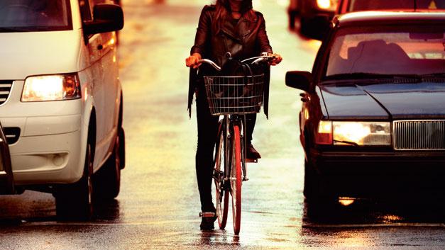 Bild 2. Fahrsituationen im Mischverkehr zwischen Kfz und Radfahrern sind nicht standardisierbar. Zum Beispiel wenn sich Radfahrer vor der Kreuzung zwischen den wartenden Autos vorbei schlängeln.