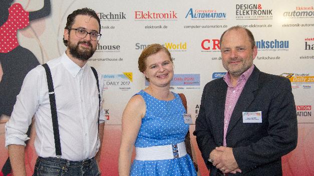 Die Elektronik-Redakteure Matthias Heise und Irina Hübner mit Fabian Schiffer, Infineon (von links).