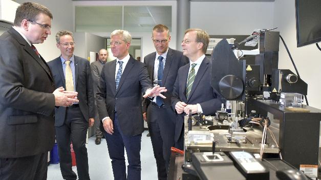 Dirk Nüßler, Abteilungsleiter im Fraunhofer FHR, erläutert Staatssekretär Thomas Rachel und Dr. Norbert Röttgen, MdB, die geplanten Investitionen in die OnWafer-Messtechnik.