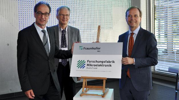 Prof. Dr. Grabmaier und Prof. Dr. Vogt vom Fraunhofer IMS enthüllen zusammen mit Staatssekretär Thomas Rachel, MdB das Logo der »Forschungsfabrik Mikroelektronik Deutschland« (v.l.nr.).