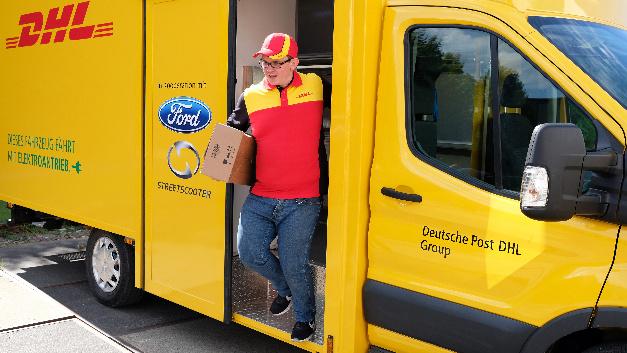 Der seitliche Ein- und Ausstieg ermöglicht eine sichere und komfortable Paketzustellung.