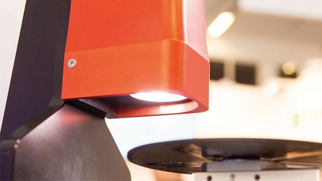 Beim Design von ZFokus wurde insbesondere auf eine industrietaugliche robuste Ausführung wertgelegt, um den Anforderungen in der industriellen Inline-Messtechnik gerecht zu werden. Mit integriert ist eine leistungsstarke interne LED-Beleuchtung, die bei Bedarf und abhängig von den Reflexionseigenschaften des Bauteils um weitere Beleuchtungen ergänzt werden kann.