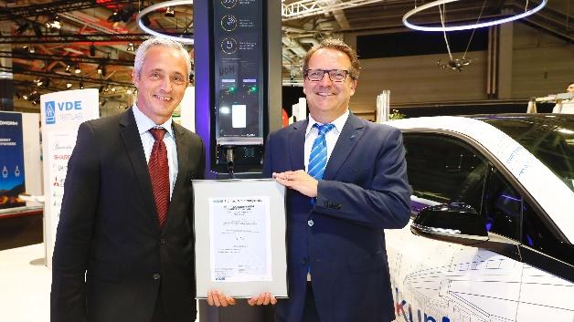 Auf der IFA 2017 erhielt Matthias Weis (links), Director des EnBW Innovationscampus SM!GHT, die Urkunde über die VDE-Zertifizierung. Der Ladelichtmast »Base Tower« ist der bisher erste VDE-zertifizierte Ladelichtmast.