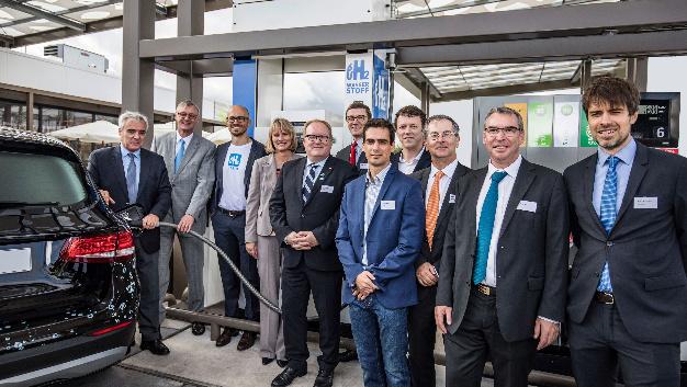 H2-Tankstelleneröffnung in Karlsruhe. v.l.n.r.: Bruno Daude-Lagrave (Total), Prof. Dr. Christian Mohrdieck (Daimler), Nikolas Iwan (H2 Mobility), Andrea Scholz (Wirtschaftsförderung der Stadt Karlsruhe), Thomas Bystry (Shell/Clean Energy Partnership), Andreas Frömmel (Sunfire), Maxime Zeller (EIFER), Mathias Kurras (Linde), Jacques Sacreste (EIFER), Pascal Terrien (EIFER) und Philipp Braunsdorf (Now)