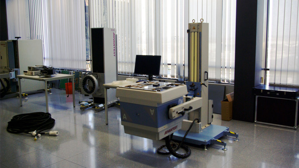 Den V93000-Tester von Advantest gibt es in vier Größenvarianten. Hier ist die kleinste Variante, die A-Klasse, zu sehen. Hier finden acht Module Platz.