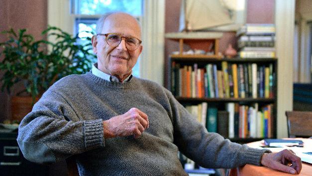 Der Physiker Rainer Weiss sitzt am 03.10.2017 in Newton (USA) an seinem Schreibtisch. Der frisch gekürte Physik-Nobelpreisträger Rainer Weiss glaubte zuerst selbst nicht, dass seinem Team der Nachweis von Gravitationswellen tatsächlich gelungen war.