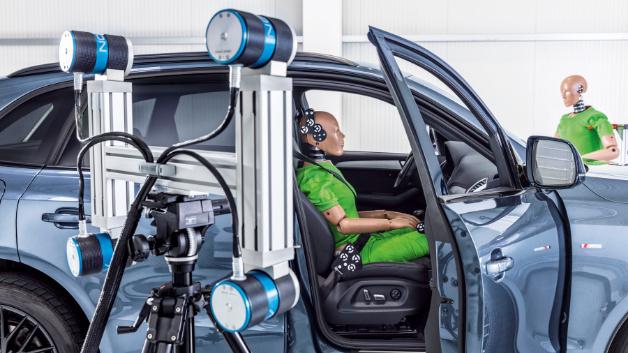 Die moderne Ausstattung der Crashanlage ermöglicht eine flächendeckende Ausleuchtung und bis zu 1000 Bilder/sek. in HD-Qualität.