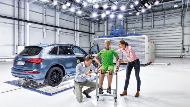 Die Crashanlage bietet Platz für die Fahrzeug-Vorbereitung, den Crash und Rollover-Versuche.