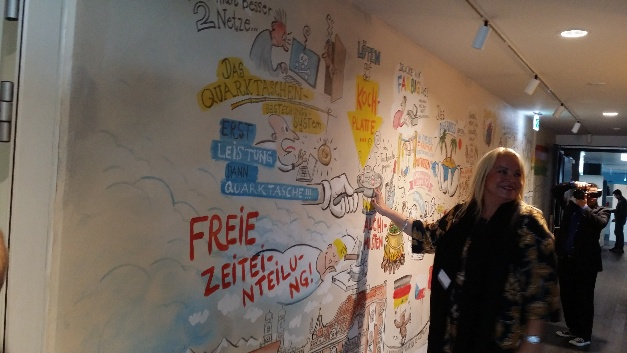 Personalleiterin Tanja Friederichs zeigt die Wand, an der man so allerhand Interessantes über die Kultur bei Puls erfahren kann....