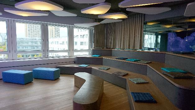 Für große Meetings mit der gesamten Belegschaft und für Kunden-Events gibt es in der Unternehmenszentrale von Puls ein modernes Amphitheater.