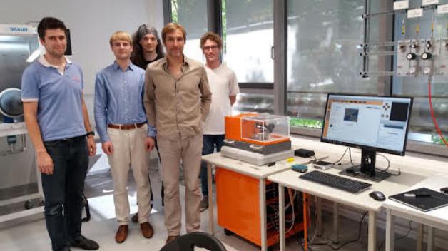 Der NanoFrazor Scholar von SwissLitho ist seit diesem Jahr erhältlich. Den ersten Scholar hat das  Leibniz Institut für Festkörper und Materialforschung im Institut für Metallische Materialien (IMW) in Dresden installiert. Die Gruppe »Quantum Materials and Devices« um Dr. Andy Thomas hat sich auf nanomagnetische Schichten, Halbleiter-Nanodrähte, und künstliche Synapsen spezialisiert.