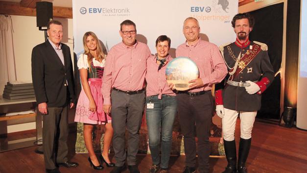 """Toshiba & EBV celebrating 20th anniversary"" – für dieses Video erhielt Toshiba die begehrte Trophäe in der Kategorie ""Video"". V.l.n.r.: John Langford Sr. (VP Sales South Europe, EBV),  Sophia Tonne (Communications, EBV), Michael Bosse  (Senior Manager, Toshiba), Karin Baaij (Account Manager, EBV), Klaus Michel (General Manager Distribution EMEA, Toshiba)"