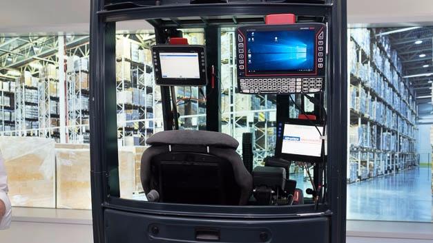 Auf einem Gabelstapler sind verschiedene Boardcomputer installiert, die Assistenz- und Navigationsfunktionen für die Logistik demonstrieren.