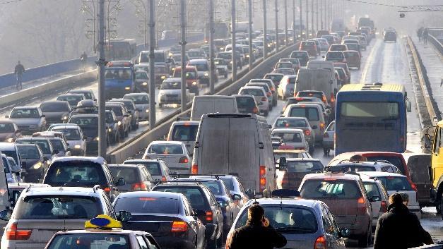 Emeritierte Professoren äußern in einem Positionspapier: E-Mobilität allein reicht für eine Verkehrswende nicht aus. Zum Artikel
