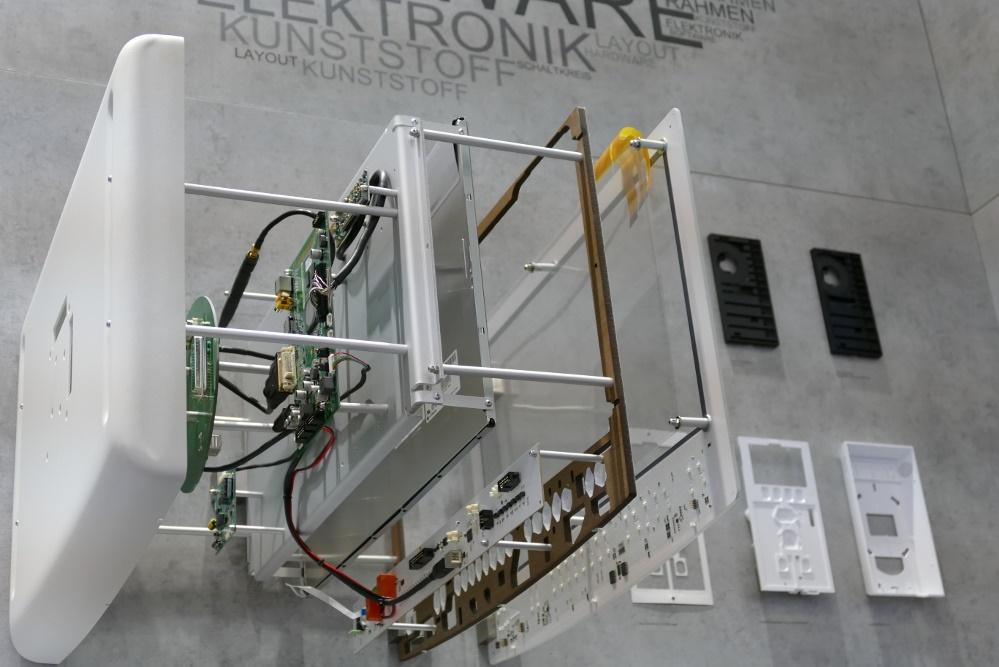 Auf dem Stand des Leiterplattenfertigers Fela lenkt diese mit echten Komponenten nachgestellte Explosionszeichnung eines Touch-Monitors das Augenmerk auf sich. Fela entwickelt kapazitive Schaltungen auf Glassubstraten für die Gebäudeautomation, die Medizinelektronik und industrielle Anwendungen.