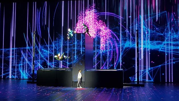 Musik und Daten: zum Warm-up eine spektakuläre Show leutet die Intel-Keynote ein.