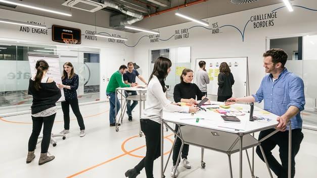 Mit der Innovationsmethode Design Thinking können Campus-Mitarbeiter Kundenwünsche in kreativen und strukturierten Prozessen verstehen, schnell viele Ideen generieren und Lösungsansätze direkt mit künftigen Nutzern testen.