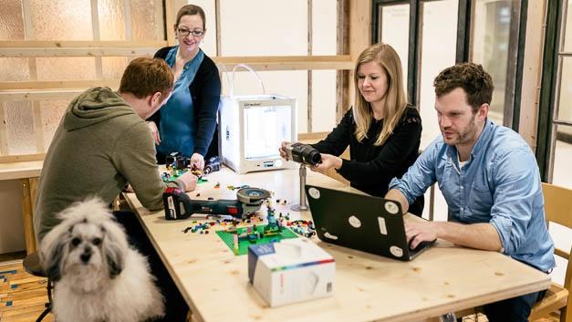 Auch Legosteine gehören zu den Arbeitsmaterialien im neuen IoT Campus. Mit ihnen lassen sich einfach und zügig anschauliche Prototypen basteln.