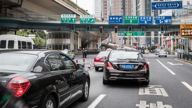 Nach dem Start in Deutschland war das Erprobungsfahrzeug, das auf der neuen Serien-Limousine der S‑Klasse basiert, im Oktober bei automatisierten Testfahrten im dichten Verkehr und mit den landesspezifischen Besonderheiten in der chinesischen Millionenmetropole Shanghai unterwegs.