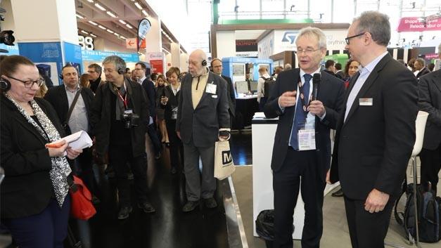 Zu den Aufgaben von Prof. Sturm gehörte auch die Führung des Presserundgangs am ersten Messetag – hier auf dem Stand von Silicon Labs.