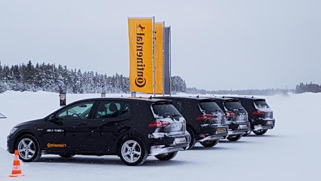 In vier Volkswagen Golf konnte die Presse unterschiedliche ABS-Generationen im Zusammenspiel mit verschiedenen Reifen testen, u.a. auch das neue ABS3.