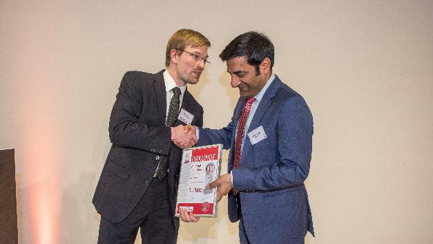 Rahman Jamal (re.) erhält die Urkunde für Platz 3 von Markus Haller.