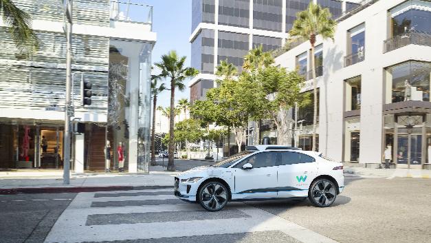 Darstellung des autonomen Jaguar I-Pace in der linken Seitenansicht.