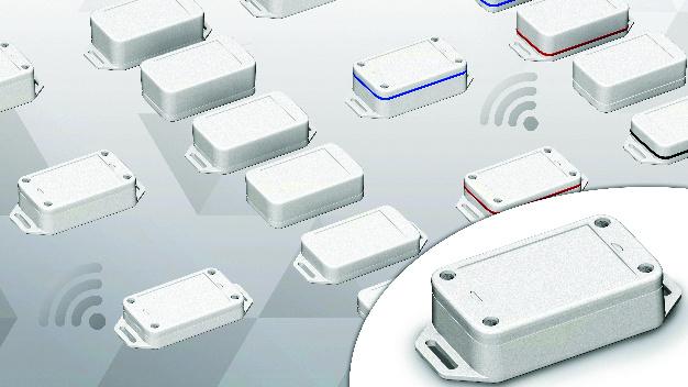 Das bei Bopla produzierte IoT-Sensorgehäuse aus schwer entflammbarem, selbstverlöschendem PC UL94 V-0 ist mit einer Länge von 70 mm und einer Breite von 42 mm sehr kompakt. Es bietet Platz für Sensor, Funkmodul und Spannungsversorgung und eignet sich dank eingeformter Aufnahme für die Integration eines Druckausgleichselements auch für den Außeneinsatz. Je nach Art des erforderlichen Leistungsbedarfs der Funktechnologie bietet der Hersteller das kleine  Kunststoffgehäuse in drei Höhen an: 15 mm für eine Knopfzelle, 22 mm für drei AAA-Micro-Batterien und 26 mm für eine Lithiumbatterie CR 14250. Mit einer Werkzeuggrundform und verschiedenen Einsätzen für die Ausformung unterschiedlicher Gehäusehöhen, Wandlaschen und Verschraubungsmöglichkeiten lassen sich insgesamt 18 Varianten des IOT-Gehäusegrundtyps realisieren. Jede Höhe ist dabei in jeweils drei verschiedenen Ausführungen verfügbar.
