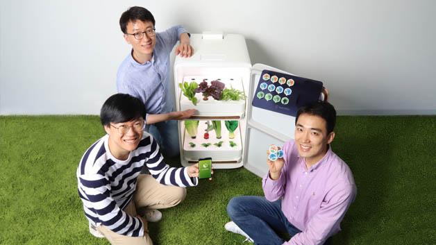 Das Start-up AGWART hat die PLANTBOX entwickelt, eine intelligente Gartenlösung für den Innenbereich, die es Nutzern ermöglicht, Gemüse und Kräuter unkompliziert zu Hause anzubauen. PLANTBOX besteht aus einem smarten Gewächshaus in der Größe eines kleineren Kühlschranks sowie Samenkapseln und einer App. Der Anwender sucht sich eine Samenkapsel aus und setzt sie in das Gewächshaus ein. Die PLANTBOX erkennt automatisch die Art des Saatguts und optimiert entsprechend die Umgebung für die Pflanze, z. B. die Beleuchtung, Temperatur, Luftfeuchtigkeit, Luftqualität und die Nährstoffe. Nutzer können auch selber eingreifen und die Umgebung mithilfe der App überwachen oder sie individuell anpassen.