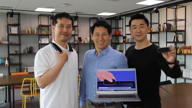 Das Start-up CATCH FLOW entwickelte den tragbaren Richtlautsprecher S-Ray. Im Gegensatz zu herkömmlichen Lautsprechern, die den Ton in alle Richtungen verteilen, gibt S-Ray den Ton direkt nach vorne ab, sodass nur die Menschen ihn hören können, die direkt vor dem Lautsprecher stehen. Mithilfe der Erkenntnisse aus jahrelanger Entwicklungsarbeit konnte nun ein kleineres und leichteres Gerät gebaut werden, das nur noch ein Zehntel der Größe eines herkömmlichen Richtlautsprechers misst. Im Vergleich zu früheren Entwicklungen benötigt S-Ray zudem weniger Energie, ohne dabei Abstriche bei der Lautstärke und der Klangqualität zu machen.