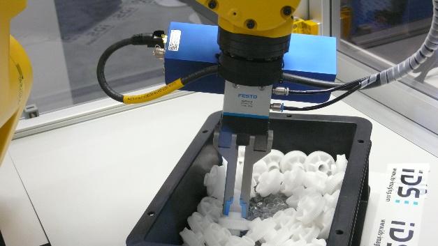 Roboter beherrschen das Pick&Place von Kleinteilen mit »Griff in die Kiste« immer besser. Hier eine Anwendung am Stand des Industriekamera-Herstellers IDS Imaging Development Systems - mit 3D-Kamera von Ensenso, Greifer von Festo und Roboter von Fanuc.
