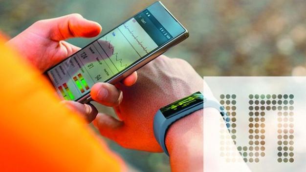 AMS hat das erste integrierte Sensor-Referenzdesign für Vitalparameter auf der Grundlage ihres AS7024 angekündigt. Das Design umfasst alle Hardwarekomponenten, einschließlich des AS7024, und Software zur Messung des Blutdrucks, der Herzfrequenz (HRM), der Herzfrequenzvariabilität (HRV) und zur Aufnahme von Elektrokardiogrammen (EKG).  Das Sensor-IC AS7024 selbst enthält drei LEDs, Fotodioden, ein optisches Frontend und einen Sequenzer für HRM sowie ein analoges Frontend für EKG in einem kompakten Gehäuse von 6,1 mm x 2,7 mm. Das Referenzdesign ermöglicht außerdem berechnete Werte des Vagotonus und der arteriellen Elastizität sowie Messung der Hauttemperatur und des Hautwiderstands über Schnittstellen zu externen Sensoren. Die Herzfrequenzmessung basiert beim AS7024 auf der Grundlage der Photoplethysmographie (PPG), einer bewährten Technik zur Messung der Pulsfrequenz über die Abtastung von Licht, das von den Blutgefäßen, die sich erweitern und zusammenziehen, wenn das Blut durch sie pulsiert, moduliert wird. Die Elektrokardiographie ist eine Standardmethode zur Messung der elektrischen Impulse, die der Sinoatrialknoten des Herzens erzeugt. Proprietäre Software im AS7024 Referenzdesign, die in Zusammenarbeit mit einem Partner erfolgte, analysiert die synchronisierten HRM- und EKG-Messungen zur Berechnung des Blutdrucks. Die Genauigkeit der Blutdruckmessung des AS7024 ist in einem klinischen Test bei der Medizinischen Universität Graz, Österreich, entsprechend der IEEE-Norm für manschettenlose Wearables, validiert worden.
