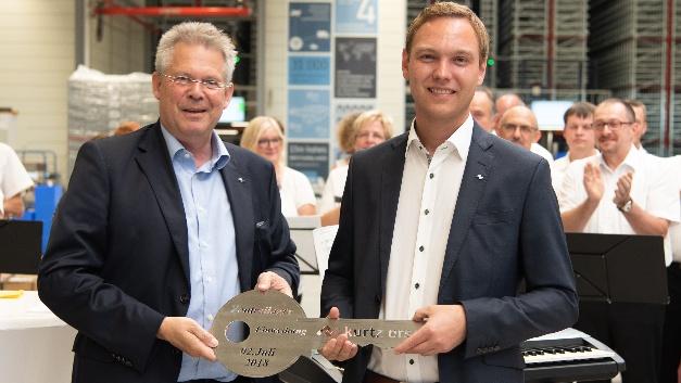 Kurtz Ersa-CEO Rainer Kurtz übergibt den Schlüssel an Logistikchef Matthias Hofmann.