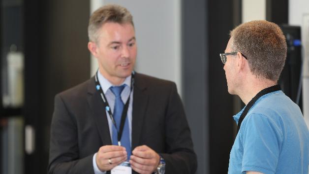Dr. Sebastian Schöll von TDK/Epcos (links) konnte nach seinem Intensivseminar über Kondensatoren noch viele Fragen beantworten.