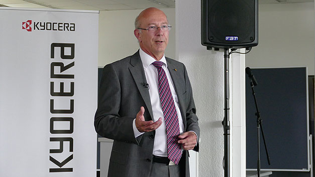 Bild 1. Eberhard Schill stellt im europäischen Kyocera-Hauptsitz in Esslingen die nächste Generation Piezo-Sensor-Aktoren vor. Integriert in ein Touch-Display simulieren sie die Haptik von Knopf- und Tastendrücken.