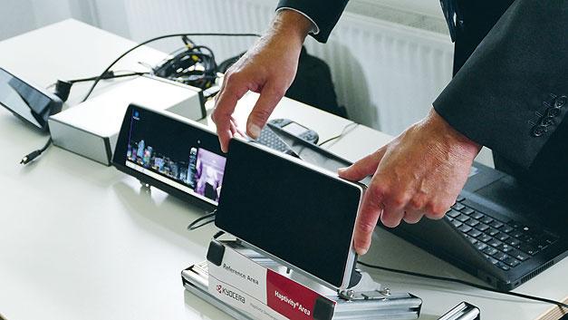 """Bild 2.Demonstrator mit """"Haptivity-Technik"""". Je nach detektierter Fingerposition und Druck simuliert das Display unterschiedliche Klick-Eindrücke."""