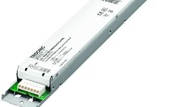 Für Leuchten mit direktem und indirektem Lichtanteil hat Tridonic den dimmbaren 2-Kanal-DALI-DT6-Konstantstrom-LED-Treiber LCA 50W 350-1050mA 2xCH lp PRE entwickelt. Er hat eine Ausgangsleistung von 50 W und beherbergt zwei Kanäle in seinem Gehäuse. Für jeden der beiden Kanäle lassen sich die Ausgangsströme zwischen 350 und 1050 mA separat einstellen, wahlweise über I-select 2 Plugs oder DALI. Die integrierte one4all-Schnittstelle unterstützt DALI DT6, DSI, switchDIM und corridorFUNCTION V2. Zusätzlich ist der Treiber mit einer proportionSwitch-Schnittstelle ausgestattet. Während über switchDIM voreingestellte Dimmlevel für angeschlossene Leuchten einfach per Taster abgerufen werden können, stehen über proportionSwitch für jeden Kanal verschiedene vordefinierte Dimmlevel bereit. Dabei erfolgt das Dimmen gegenläufig: Wird die Helligkeit an einem Kanal erhöht, wird sie am anderen Kanal abgesenkt. So lassen sich beispielsweise unterschiedliche Helligkeiten für den direkten und indirekten Lichtanteil in Pendel und Stehleuchten realisieren oder auch einfache Tunable-White-Anwendungen. Mit seinen Abmessungen von 350 x 30 x 21 mm lässt sich der Treiber einfach in bestehende oder neue Leuchten einbauen. Er erreicht eine Effizienz bis zu 90 Prozent und hat einen Dimmbereich von 1 bis 100 Prozent. Die Standby-Verluste sind mit <0,25 W angegeben, die Lebensdauer mit 100.000 Stunden. Der für Leuchten der Schutzklassen I und II sowie für den Notlichtbetrieb ausgelegte und bereits für DALI-2 zertifizierte LED-Treiber findet typischerweise Einsatz Linear- und Flächenleuchten sowie in direkten und indirekten Beleuchtungen. Darüber hinaus sind einfache Tunable-White-Lösungen möglich.