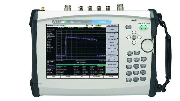 Wartungstechniker von Mobilfunk-Basisstationen können sich einen Klettergang auf den Mobilfunkmast sparen. Die Prüfung auf Signalstörung durch passive Intermodulation, PIM, kann mit einem tragbaren Analysator über die CPRI-Schnittstelle der Basisstation vom Boden aus erfolgen. Die Funktion bietet Anritsu durch ein Software-Update für seine tragbaren Analysatoren MT8220T und MT822xB an. Die Messung erfolgt über die. Notwendig dazu sind ein steckbarer Sendeempfänger und eine optische Abgreifeinrichtung. Für die turnusmäßige Wartung ist damit kein Abschalten der Mobilfunkstation mehr nötig und auf das Trennen von Komponenten in der Übertragungsleitung kann verzichtet werden. Damit werden auch bekannte Fehlerquellen beim Wartungsprozess ausgeschlossen, wie das Einbringen von Fremdkörpern oder ein unkorrektes Anzugsmoment beim Wiederverschließen der Verbindungsleiter.
