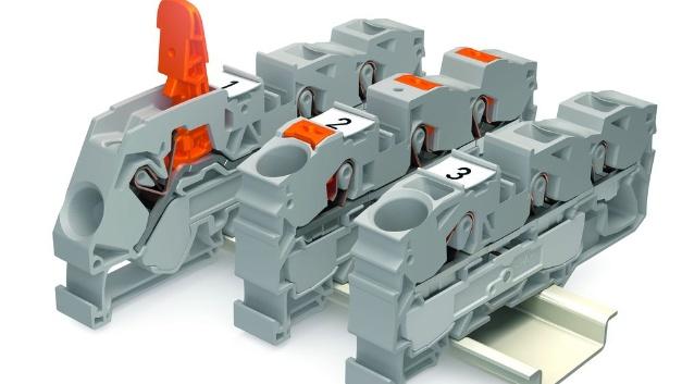 Zur Hannover Messe Industrie präsentierte WAGO die bewährten Reihenklemmen Topjob S mit zwei neuen Betätigungsvarianten: Hebel und Drücker.  Die Klemmstelle der neuen Reihenklemmen mit Drücker wird dabei mit einem frei wählbaren Werkzeug geöffnet. Durch den orangefarbenen Drücker ist dabei das Betätigungselement eindeutig und schnell von der Leitereinführung zu unterscheiden, in die der Leiter eingeführt werden muss. Die neuen Durchgangsklemmen sind für einen Querschnittsbereich von 0,14 bis 25 mm² erhältlich. Sie stehen als 2-Leiter-, 3-Leiter- sowie je nach Größe auch als 4-Leiter-Variante zur Verfügung.   Bei den Reihenklemmen mit Hebel indes erfolgt das Öffnen sowie Schließen der Klemmstelle durch den Hebel und damit einfach per Hand. Der Hebel bleibt in der geöffneten Position stehen. Dadurch ist die Klemmstelle eindeutig markiert und beide Hände bleiben frei für den Anschluss selbst schwer biegsamer Leiter mit großen Querschnitten. Die Reihenklemmen mit Hebel wird es zunächst in den Nennquerschnitten 2,5 mm², 6 mm² und 16 mm² geben. Sie sind als 2-Leiter- und 3-Leiter-Varianten erhältlich. Dabei ist die Feldseite mit Hebel ausgestattet, während für die interne Verdrahtung Drücker oder Betätigungsöffnung zur Auswahl stehen.