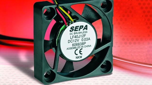Da der Bedarf an Lüftern für hohe Temperaturbereiche stetig wächst, stellt Sepa Europe einen neuen Gleitlagerlüfter mit MagFix-Technologie vor, der bis zu einer Betriebstemperatur von 85 °C einsetzbar ist. Ein zusätzlicher Vorteil liegt in der außerordentlich hohen Lebensdauererwartung von 210.000 h (MTBF). Neben Standardgrößen ist auch eine maßgeschneiderte Lösung möglich. Der Begriff MagFix steht für magnetische Fixierung (Positionierung) des Lüfterrades bzw. -rotors in Gleitlagerlüftern. Das Gleitlager beim Lüfter bietet durch seinen konstruktiven Aufbau nur eine Positionierung der Rotorwelle in radialer und nicht in axialer Richtung. Die beachtliche Steigung der Betriebstemperatur konnte durch den Einsatz von hochpräzisen und zuverlässigen Sintergleitlagern intelligent gelöst werden. Eine Behandlung mit besonders temperaturstabilen Schmierstoffen zeichnet diese Lagertechnik aus. Darüber hinaus sorgt der magnetische Zug für einen taumelfreien Lauf in allen Einbaulagen.