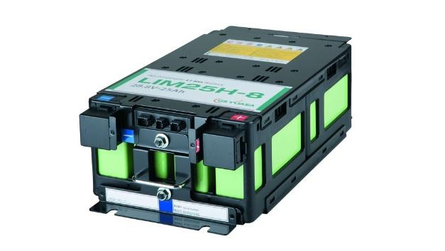 GS Yuasa hat die LIM25H-Zelle speziell für Hochstrom-Anwendungen entwickelt. Sie besitzt eine Nennspannung von 3,6 V pro Zelle und lässt sich zu Modulen mit acht oder zwölf Zellen mit 28,8 V bzw. 43,2 V zusammenschließen. Ihre Nennkapazität beträgt 25 Ah. Die LIM25H-Zelle lässt sich mit maximal 24 C laden und entladen, der kontinuierliche Lade-/ Entladestrom beträgt 100A. Sie ist für circa 20.000 Lade-/Entladezyklen bei einer Entladetiefe (DoD, Depth of Discharge) von 50 % bzw. rund 10.000 Lade-/Entladezyklen bei einer DoD von 100 % ausgelegt. Für das Laden und Entladen liegt die empfohlene Betriebstemperatur zwischen –10 und +45°C, die zulässige Umgebungstemperatur für die Lagerung erstreckt sich von  –20 bis +65 °C.  Tests bei 25 °C Umgebungstemperatur ergaben, dass die Li-Ionen-Zelle beim Laden das 24-fache ihrer Nennkapazität (24CA) für eine Dauer von 14 Sekunden akzeptieren kann. Beim Entladen erreichte sie ebenfalls 24CA für bis zu 14 Sekunden. Damit eignen sich die LIM25H-Zellen insbesondere für Anwendungen, die innerhalb von kurzer Zeit sehr hohe Ströme speichern oder abgeben müssen. Dazu zählen Anwendungen zur Rückgewinnung von Energie, etwa mittels Bremswirkung. Zum Beispiel lässt sich die Bremsenergie, die ein Zug bei der Einfahrt in den Bahnhof erzeugt, zunächst in der an Bord befindlichen oder stationär installierten Batterie speichern und dann für das Anfahren des Zuges wiederverwenden. Ebenso lassen sich die Zellen für Anwendungen verwenden, bei denen ihre zyklische Leistungsfähigkeit im Vordergrund steht, wie zum Beispiel bei Schiffen im regelmäßigen Fährbetrieb, unbemannten Transportsystemen in der Lager- oder Hafenlogistik sowie USV- Anwendungen in sehr schlechten Netzen mit häufigen und längeren Ausfallzeiten.